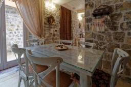 Обеденная зона. Черногория, Доня Ластва : Роскошная каменная вилла с приватным двориком и барбекю, 3 спальни, 3 ванные комнаты, парковка, Wi-Fi