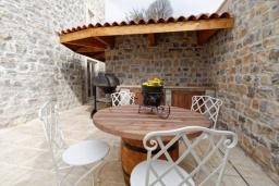 Терраса. Черногория, Доня Ластва : Роскошная каменная вилла с приватным двориком и барбекю, 3 спальни, 3 ванные комнаты, парковка, Wi-Fi