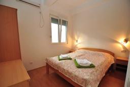 Спальня. Черногория, Костаньица : Прекрасная вилла возле пляжа с зеленым двориком и видом на море, 6 спален, 6 ванных комнат, парковка, Wi-Fi