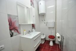 Ванная комната. Черногория, Костаньица : Прекрасная вилла возле пляжа с зеленым двориком и видом на море, 6 спален, 6 ванных комнат, парковка, Wi-Fi