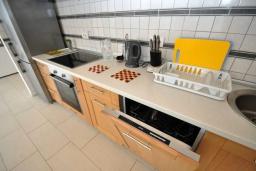 Кухня. Черногория, Костаньица : Прекрасная вилла возле пляжа с зеленым двориком и видом на море, 6 спален, 6 ванных комнат, парковка, Wi-Fi