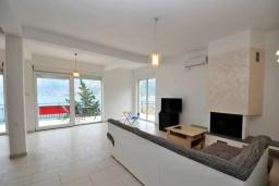 Гостиная. Черногория, Костаньица : Прекрасная вилла возле пляжа с зеленым двориком и видом на море, 6 спален, 6 ванных комнат, парковка, Wi-Fi