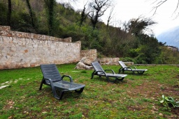 Территория. Черногория, Костаньица : Прекрасная вилла возле пляжа с зеленым двориком и видом на море, 6 спален, 6 ванных комнат, парковка, Wi-Fi