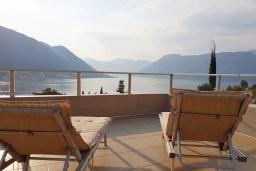 Терраса. Черногория, Доброта : Современный апартамент с большой террасой с джакузи и видом на море, просторная гостиная, 2 спальни