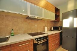 Кухня. Черногория, Доброта : Современный апартамент с большой террасой с джакузи и видом на море, просторная гостиная, 2 спальни
