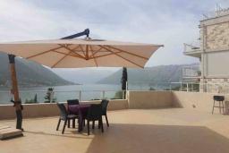 Балкон. Черногория, Доброта : Современный апартамент с террасой и видом на море, с гостиной и 2-мя спальнями