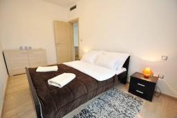 Спальня. Черногория, Доброта : Современный апартамент с террасой и видом на море, с гостиной и 2-мя спальнями
