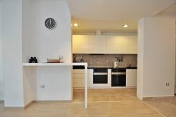 Кухня. Черногория, Доброта : Современный апартамент с террасой и видом на море, с гостиной и 2-мя спальнями