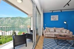 Гостиная. Черногория, Доброта : Современный апартамент в комплексе с бассейном, с гостиной, отдельной спальней и балконом с видом на море