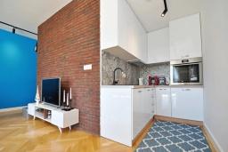 Кухня. Черногория, Доброта : Современный апартамент в комплексе с бассейном, с гостиной, отдельной спальней и балконом с видом на море