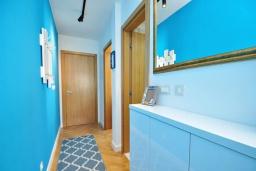 Коридор. Черногория, Доброта : Современный апартамент в комплексе с бассейном, с гостиной, отдельной спальней и балконом с видом на море