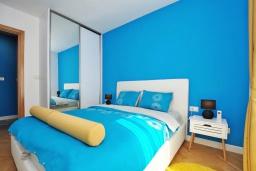 Спальня. Черногория, Доброта : Современный апартамент в комплексе с бассейном, с гостиной, отдельной спальней и балконом с видом на море