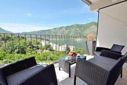 Балкон. Черногория, Доброта : Современный апартамент в комплексе с бассейном, с гостиной, отдельной спальней и балконом с видом на море