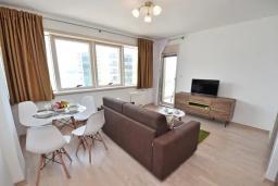 Гостиная. Черногория, Будва : Современный апартамент с гостиной, отдельной спальней и балконом с видом на море