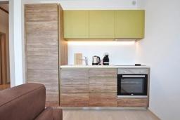 Кухня. Черногория, Будва : Современный апартамент с гостиной, отдельной спальней и балконом с видом на море