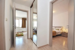 Коридор. Черногория, Будва : Современный апартамент с гостиной, отдельной спальней и балконом с видом на море