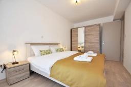 Спальня. Черногория, Будва : Современный апартамент с гостиной, отдельной спальней и балконом с видом на море