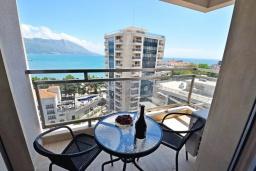 Балкон. Черногория, Будва : Современный апартамент с гостиной, отдельной спальней и балконом с видом на море