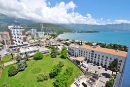 Вид на море. Черногория, Будва : Современный апартамент с гостиной, двумя спальнями и балконом с видом на море