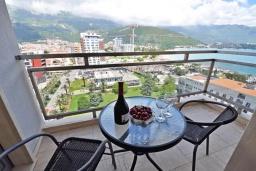Балкон. Черногория, Будва : Современный апартамент с гостиной, двумя спальнями и балконом с видом на море