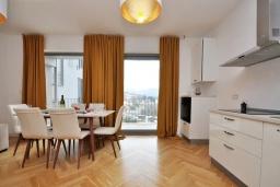 Гостиная. Черногория, Доброта : Современный апартамент в комплексе с бассейном, с гостиной, двумя спальнями, двумя ванными комнатами и большим балконом