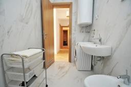Ванная комната. Черногория, Доброта : Современный апартамент в комплексе с бассейном, с гостиной, двумя спальнями, двумя ванными комнатами и большим балконом