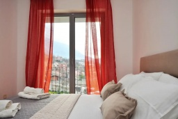 Спальня. Черногория, Доброта : Современный апартамент в комплексе с бассейном, с гостиной, двумя спальнями, двумя ванными комнатами и большим балконом