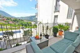 Балкон. Черногория, Доброта : Современный апартамент в комплексе с бассейном, с гостиной, двумя спальнями, двумя ванными комнатами и большим балконом