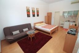 Студия (гостиная+кухня). Черногория, Нивице : Студия в 50 метрах от пляжа, с кондиционером, телевизором и террасой с видом на море