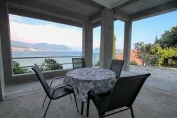 Терраса. Черногория, Нивице : Студия в 50 метрах от пляжа, с кондиционером, телевизором и террасой с видом на море