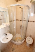 Ванная комната. Черногория, Нивице : Студия в 50 метрах от пляжа, с кондиционером, телевизором и террасой с видом на море