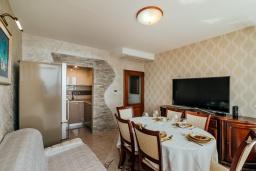 Гостиная. Черногория, Герцег-Нови : Апартамент с гостиной, двумя спальнями и балконом с видом на море