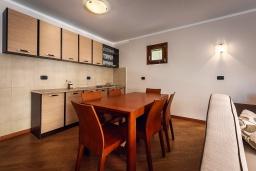 Кухня. Черногория, Рафаиловичи : Новый апартамент возле пляжа и с видом на море, с гостиной, двумя спальнями и двумя ванными комнатами