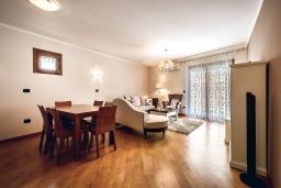 Гостиная. Черногория, Рафаиловичи : Новый апартамент возле пляжа и с видом на море, с гостиной, двумя спальнями и двумя ванными комнатами