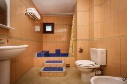 Ванная комната. Черногория, Рафаиловичи : Новый апартамент возле пляжа и с видом на море, с гостиной, двумя спальнями и двумя ванными комнатами
