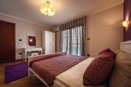 Спальня. Черногория, Рафаиловичи : Новый апартамент возле пляжа и с видом на море, с гостиной, двумя спальнями и двумя ванными комнатами
