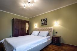 Спальня 2. Черногория, Рафаиловичи : Новый апартамент возле пляжа и с видом на море, с гостиной, двумя спальнями и двумя ванными комнатами