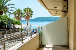 Балкон. Черногория, Рафаиловичи : Новый апартамент возле пляжа и с видом на море, с гостиной, двумя спальнями и двумя ванными комнатами