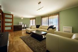 Гостиная. Черногория, Рафаиловичи : Новый апартамент возле пляжа с просторной гостиной, тремя спальнями, двумя ванными комнатами и большой террасой с шикарным видом на море