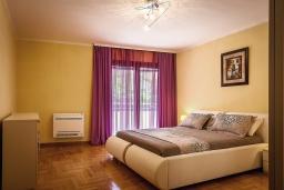 Спальня. Черногория, Рафаиловичи : Новый апартамент возле пляжа с просторной гостиной, тремя спальнями, двумя ванными комнатами и большой террасой с шикарным видом на море