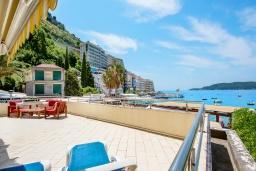 Терраса. Черногория, Рафаиловичи : Новый апартамент возле пляжа с просторной гостиной, тремя спальнями, двумя ванными комнатами и большой террасой с шикарным видом на море