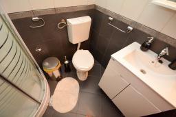 Ванная комната. Черногория, Доброта : 2-х этажный апартамент с балконом с шикарным видом на залив, 30 метров до моря