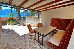 Терраса. Черногория, Ораховац : Уютная вилла возле пляжа, 3 спальни, 2 ванные комнаты, Wi-Fi