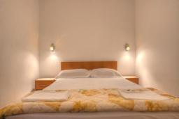 Спальня. Черногория, Святой Стефан : Двухуровневые апартаменты на 5 персон, 2 спальни, с видом на море