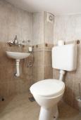 Ванная комната. Черногория, Святой Стефан : Двухуровневые апартаменты на 5 персон, 2 спальни, с видом на море