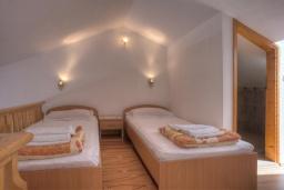 Спальня 2. Черногория, Святой Стефан : Двухуровневые апартаменты на 5 персон, 2 спальни, с видом на море