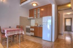 Кухня. Черногория, Святой Стефан : Двухуровневые апартаменты на 5 персон, 2 спальни, с видом на море
