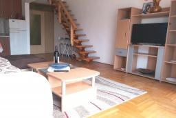 Гостиная. Черногория, Святой Стефан : Двухуровневые апартаменты на 5 персон, 2 спальни, с видом на море