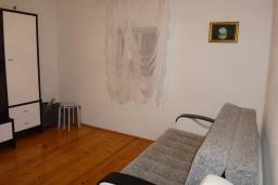 Гостиная. Черногория, Добра Вода : Уютный дом с зеленым садом наделко от пляжа, 4 спальни, 3 ванные комнаты, барбекю, парковка