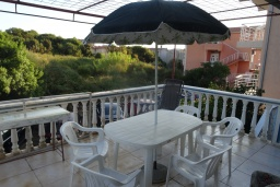 Обеденная зона. Черногория, Добра Вода : Уютный дом с зеленым садом наделко от пляжа, 4 спальни, 3 ванные комнаты, барбекю, парковка